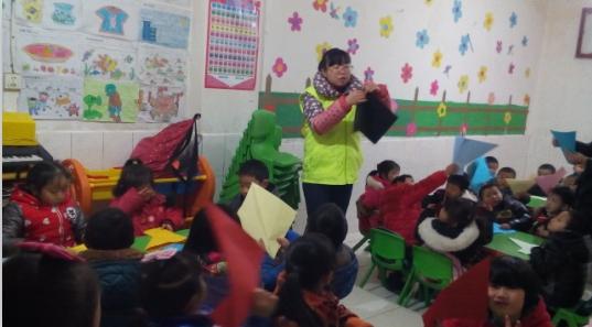 当孩子们将自己制作的手工灯笼吹开时,一个个被低温冻红的小脸洋溢着